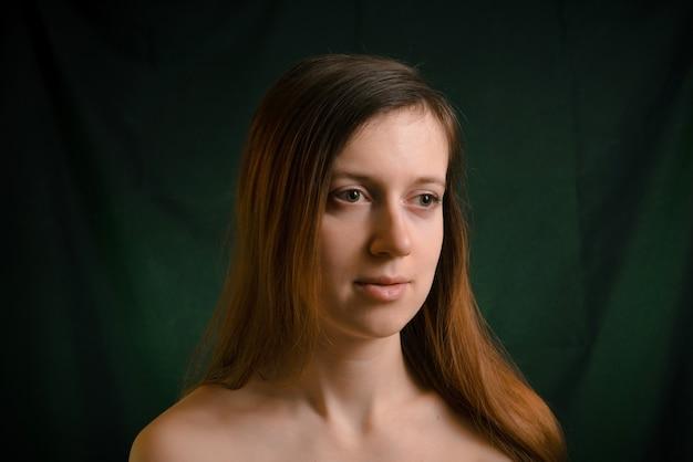 Mooi volwassen vrouwenportret in donkere sleutel. frisse perfecte huid en geen make-up met beauty face