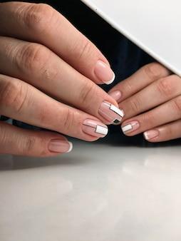 Mooi vrouwelijk handen nagelontwerp