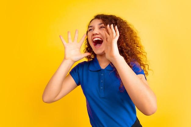 Mooi vrouwelijk krullend model in overhemd het schreeuwen