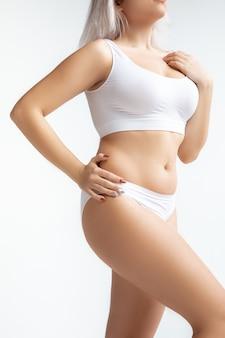 Mooi vrouwelijk lichaam, concept van lichaamsverzorging en tillen