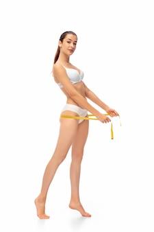 Mooi vrouwelijk lichaam dat op wit wordt geïsoleerd