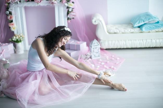 Mooi vrouwelijk meisje in een elegante roze outfit van een ballerina