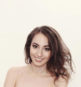 Mooi vrouwelijk model dat en gelukkig glimlacht voelt