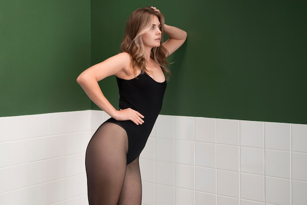 Mooi vrouwelijk model in pantykousen