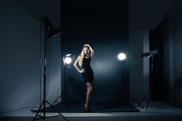 Mooi vrouwelijk model poseren in studio in de lichtflitsen