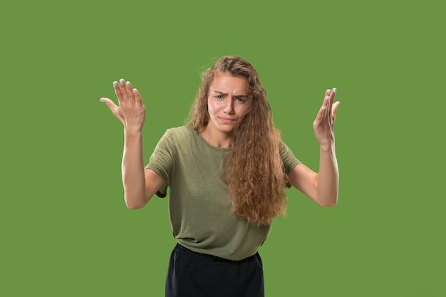 Mooi vrouwelijk portret van halve lengte dat op groen wordt geïsoleerd