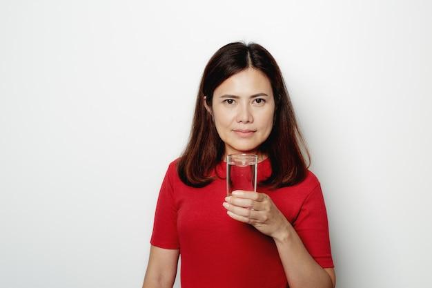 Mooi vrouwen drinkwater van glas