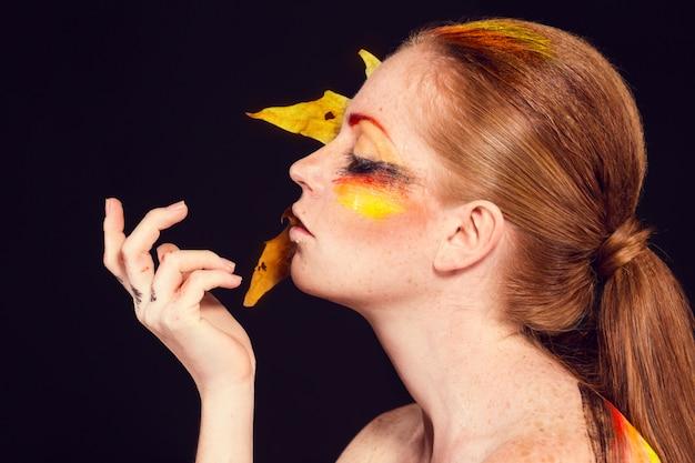 Mooi vrouwengezicht. perfecte make-up. schoonheid mode. wimpers. cosmetische oogschaduw
