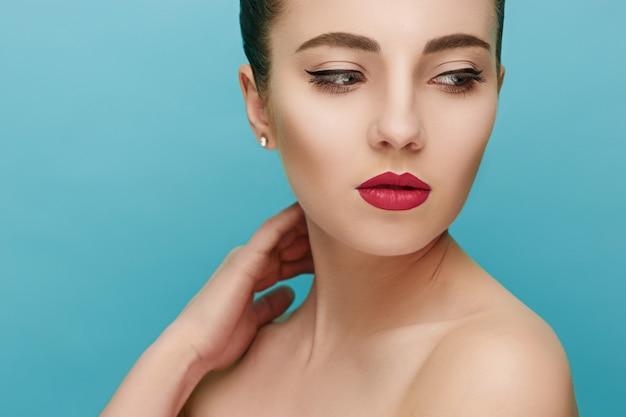 Mooi vrouwengezicht. perfecte make-up. schoonheid mode