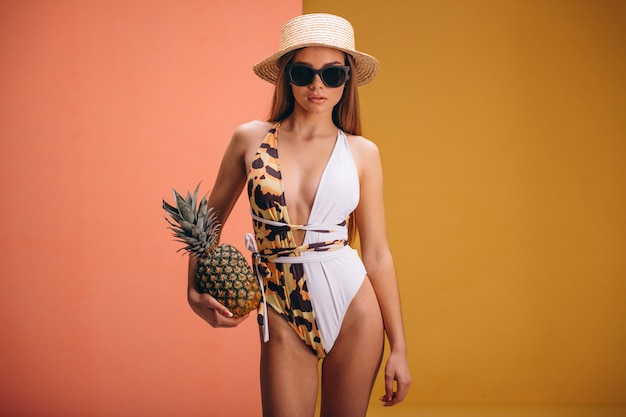 Mooi vrouwenmodel in geïsoleerd swimminmg kostuum