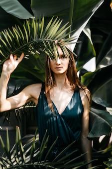 Mooi vrouwenportret in tuin