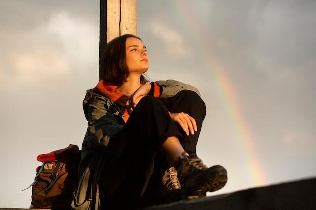 Mooi vrouwenportret naast een regenboog