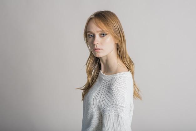 Mooi vrouwenportret op witte achtergrond in studio