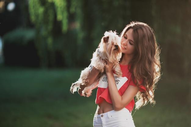 Mooi vrouwenspel met hond in het groene park