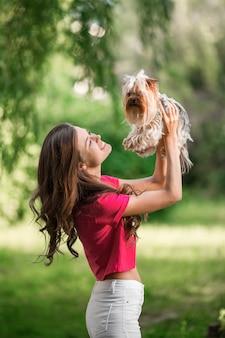 Mooi vrouwenspel met hond in het park.