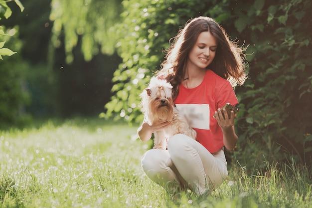 Mooi vrouwenspel met hond in het park