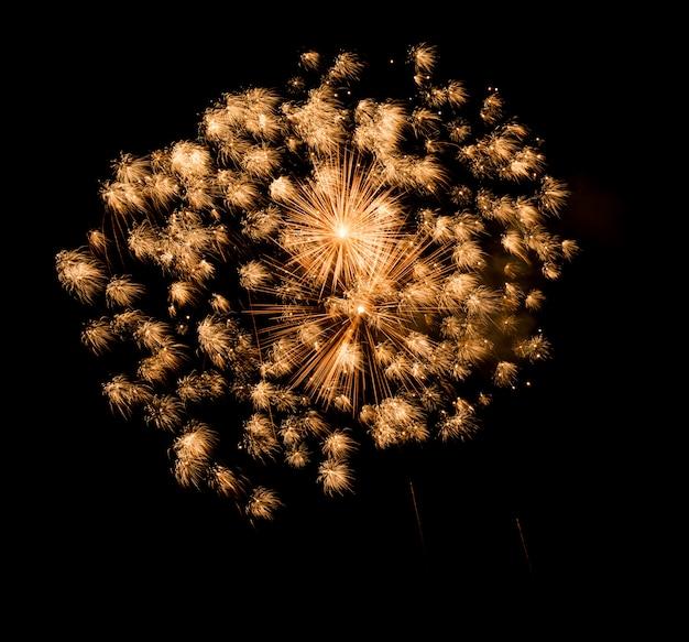 Mooi vuurwerk in de lucht, viering en nieuwjaar concept