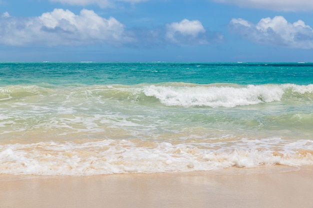 Mooi waimanalo-strand met turkoois water en bewolkte hemel, de kustlijn van oahu, hawaï