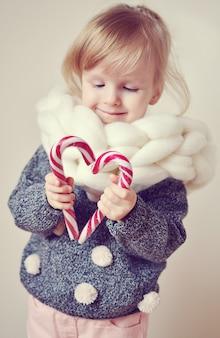 Mooi weinig gelukkig blond ginger girl giant gebreide sjaal met decor van het nieuwjaar van het concept van kerstmis van de ster
