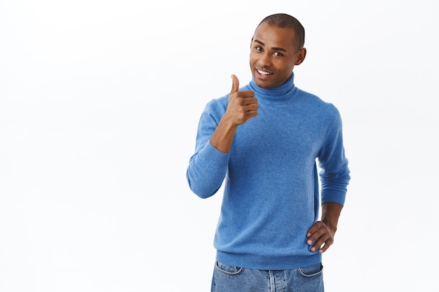 Mooi werk, heel goed. portret van een tevreden afro-amerikaanse man die de werknemer prijst die een geweldig rapport maakt, duim omhoog
