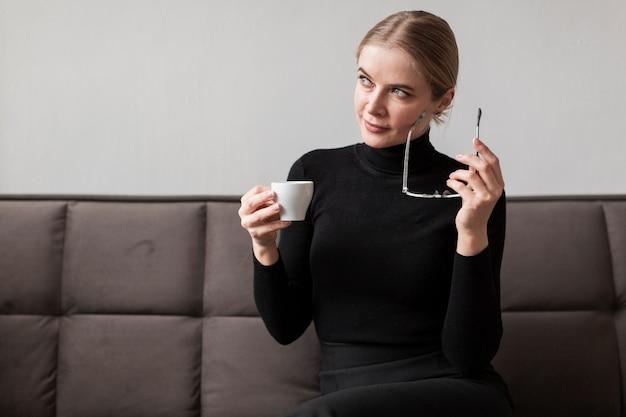 Mooi wijfje dat van koffie geniet