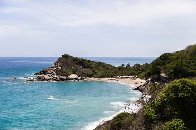 Mooi wild caraïbisch strandlandschap in tayrona, colombia