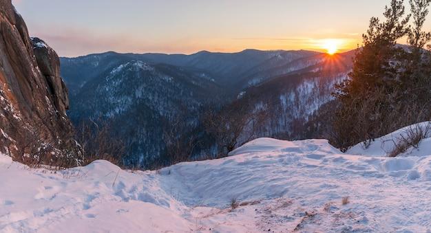 Mooi winterpanorama van bergen bij zonsondergang