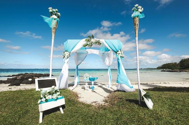 Mooi wit huwelijksdecor voor de ceremonie dichtbij de oceaan