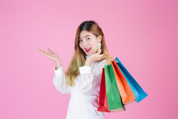 Mooi wit meisje dat een het winkelen zak, manier en schoonheid houdt