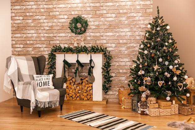 Mooi woonkamerinterieur met brandende open haard en kerstboom