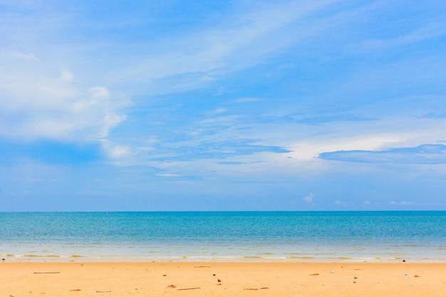 Mooi zandstrand en blauwe hemel