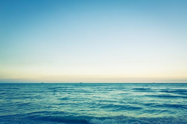 Mooi zeegezicht met heldere hemel