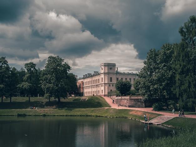 Mooi zomers landschap van het park met een vijver en een groot gatchina-paleis. rusland.