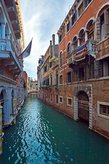 Mooi zomers venetiaans uitzicht op de gracht (venetië, italië)
