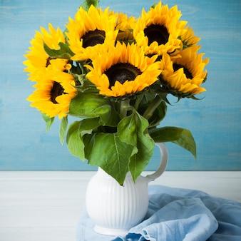Mooi zonnebloemenboeket in witte vaas