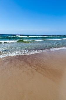 Mooi zonnig weer aan de zeekust, koud zomerweer aan de oostzee, zeegezicht aan zee op een zonnige dag met een blauwe lucht