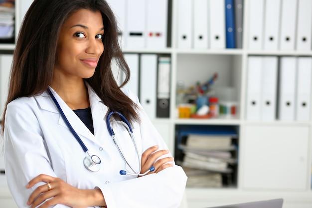 Mooi zwart glimlachend vrouwelijk artsenportret