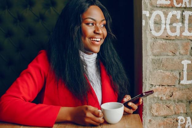 Mooi zwart meisje in een café