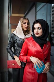Mooie aantrekkelijke meisjes met lederen modieuze kleding