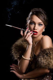 Mooie, aantrekkelijke vrouw die bont draagt