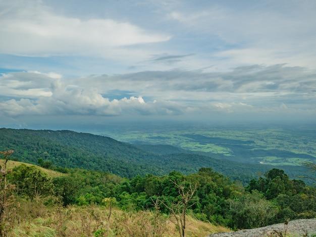 Mooie aard en wolkenhemelmening over khao luang-berg in ramkhamhaeng national park, sukhothai-provincie thailand