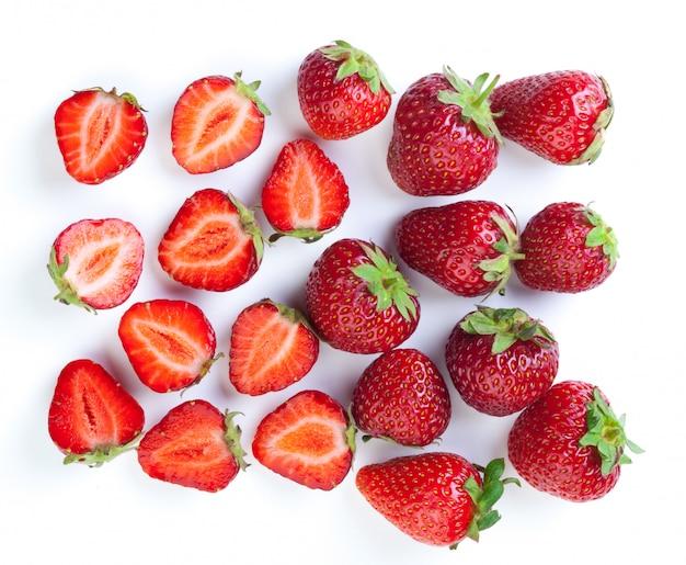 Mooie aardbeien die op wit worden geïsoleerd