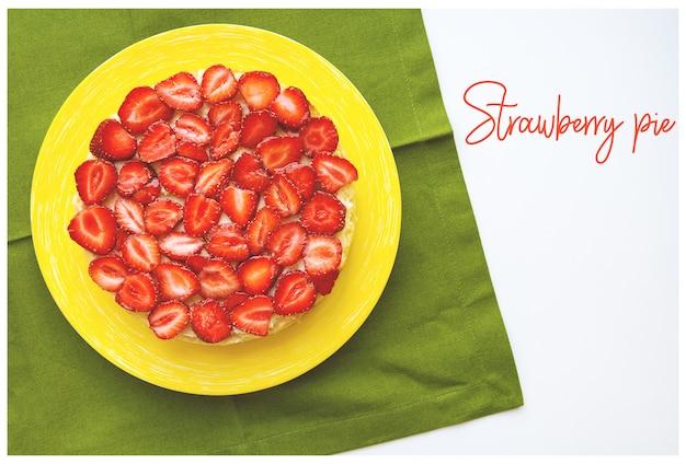 Mooie aardbeientaart is op de tafel, groene servet