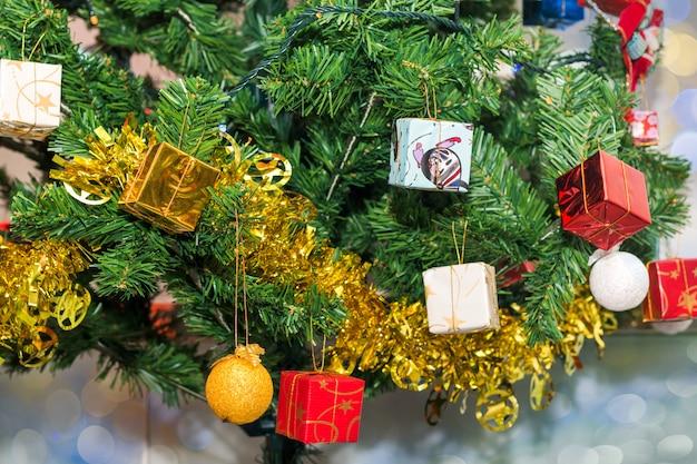 Mooie accessoire versierde kerstboom, sprankelende en sprookjesachtige vakantie bokeh achtergrond