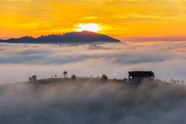 Mooie accommodatie in het midden van de mist bij khao kho, phetchabun province, thailand.