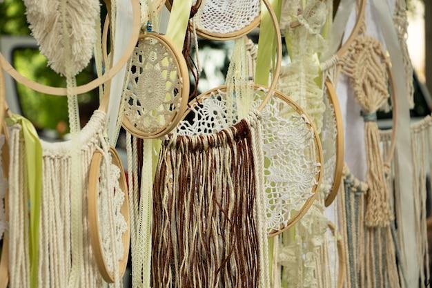 Mooie achtergrond van macramé op de houten hoepels. goed idee voor fotozone. handgemaakte decoratie.