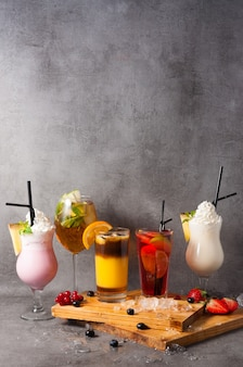 Mooie achtergrond van populaire niet-alcoholische cocktails. kopieer ruimte
