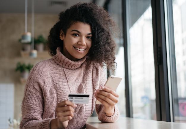 Mooie african american vrouw met creditcard, betaling, online winkelen