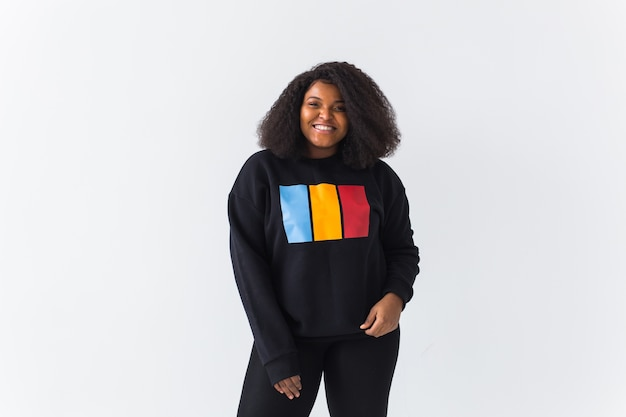 Mooie african american vrouw poseren in een zwart sweatshirt