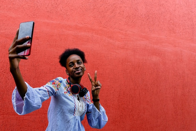 Mooie afrikaanse amerikaan neemt een selfie